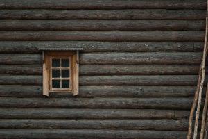 lesena okna prinašajo številne prednosti in ustvarjajo domačo atmosfero