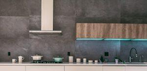 moderne kuhinje združujejo napreden slog in prakitičnost