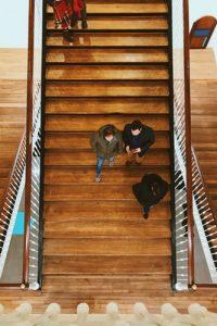 notranje stopnice - lesene z ograjo na obeh straneh