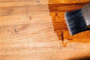 Lak za parket se uporablja za lakiranje, kar poudari naraven videz lesa.