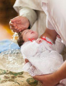 Odlična ideja za darilo za krst je tudi srebrn držalo za dudo.