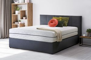 Vzmetnica 120x200 na moderni modri postelji.